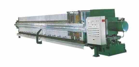 厢式压滤机的工作原理与之类似,不同之外在于滤布被夹在两块滤板之间